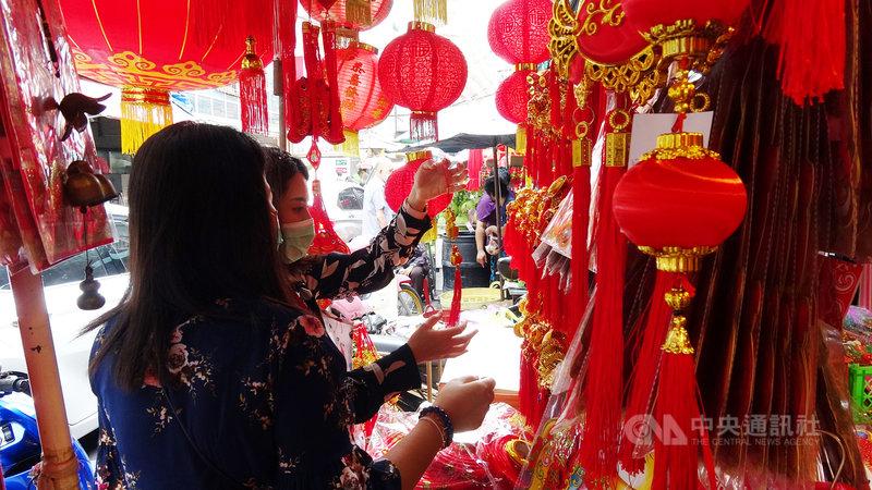 曼谷中國城的商店街在華人農曆春節前夕會販賣春節的裝飾品,圖為民眾正在挑選貨品。中央社記者呂欣憓曼谷攝  110年2月9日