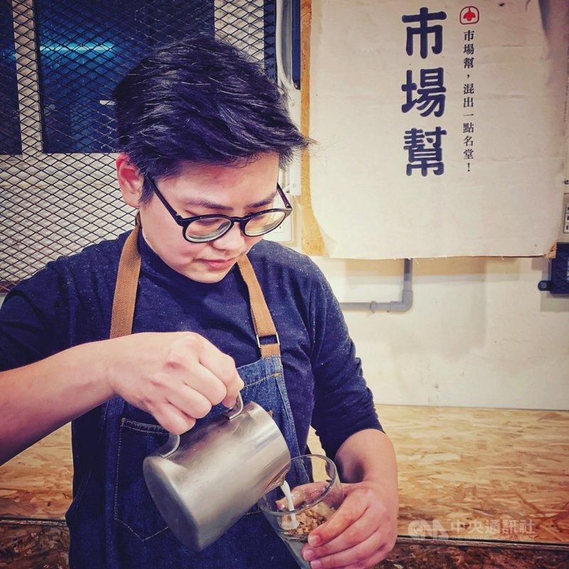 戴著黑框眼鏡、動作俐落的「小魚」劉琪涵,扛下傳統市場攤商第3代責任,在市場開設咖啡店,扭轉大眾對傳統市場的刻板印象。中央社記者王朝鈺攝 110年2月10日