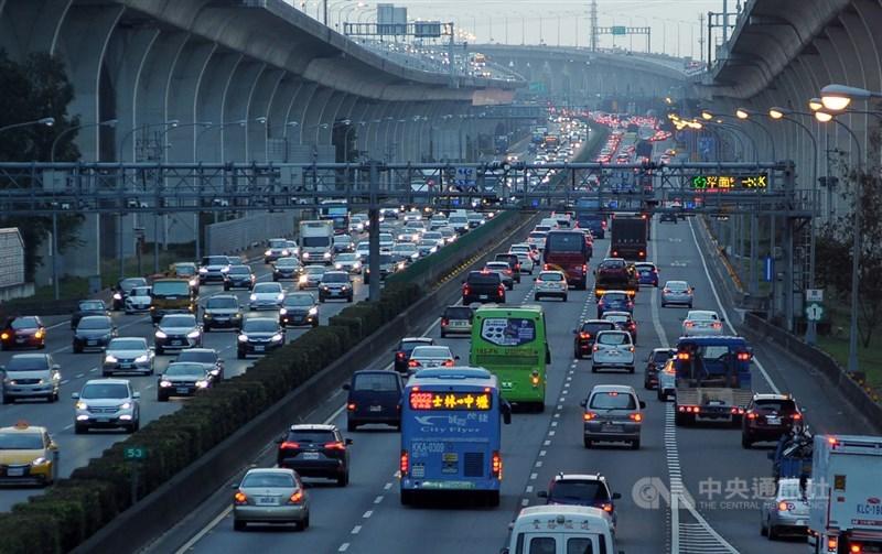 高公局預估大年初三全天國道交通量為平日年平均的1.6倍,建議南向用路人儘量於下午時段出發,北向用路人儘量於上午時段出發。(中央社檔案照片)