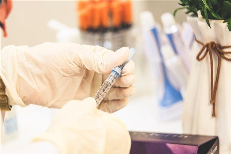 日本首相菅義偉10日說,確認武漢肺炎疫苗的有效性及安全性後,約17日開始施打。(示意圖/圖取自Unsplash圖庫)