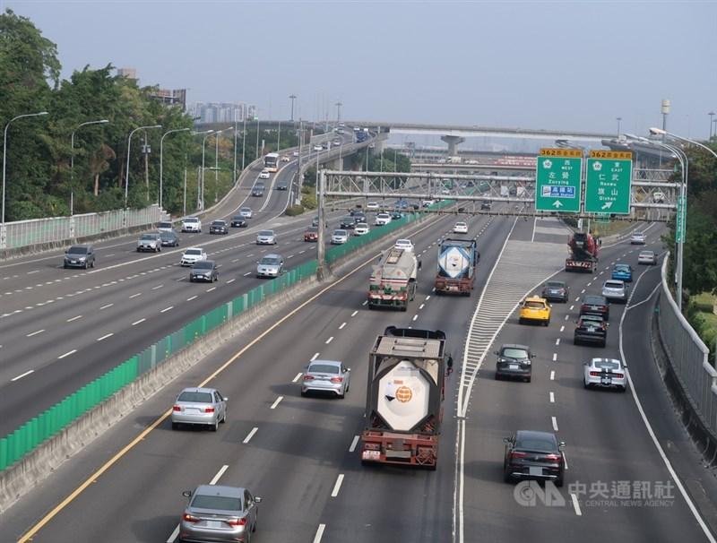 11日(除夕)路況除國道1號彰化系統時速為38公里,上午各路段在高公局即時路況資訊顯示大致順暢。(中央社檔案照片)