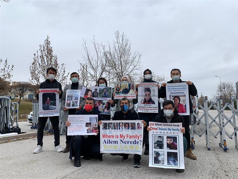 旅土耳其維吾爾人西爾買買提.加吾蘭(後右1)3日起與同樣有家人在中國新疆失蹤或繫獄的維吾爾人到中國大使館前示威。(西爾買買提.加吾蘭提供)中央社記者何宏儒安卡拉傳真 110年2月10日