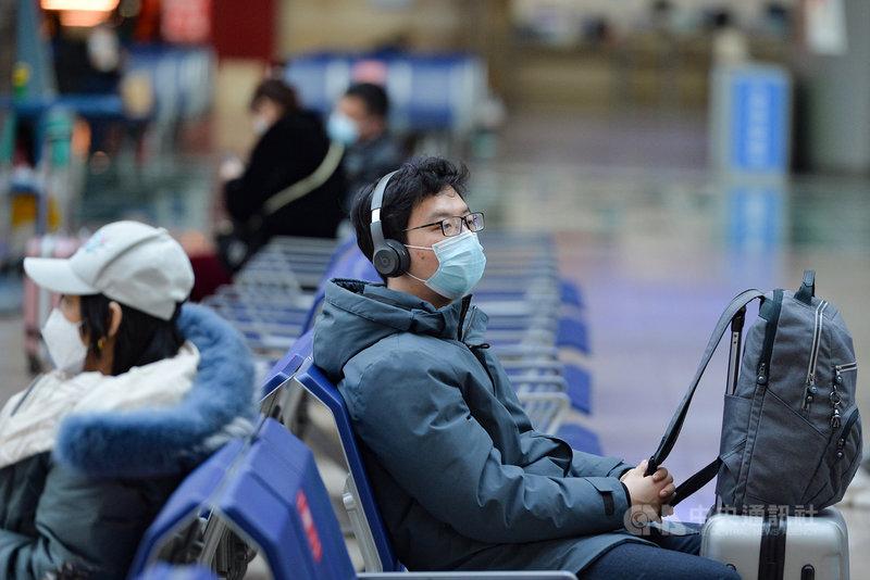 中國去年底本土武漢肺炎疫情再起,官方祭出年節限流令,不但讓春運人潮銳減,也讓異鄉人的心情無奈複雜。圖為春運展開後,在北京南站候車的少數歸鄉遊子。(中新社提供)中央社 110年2月11日