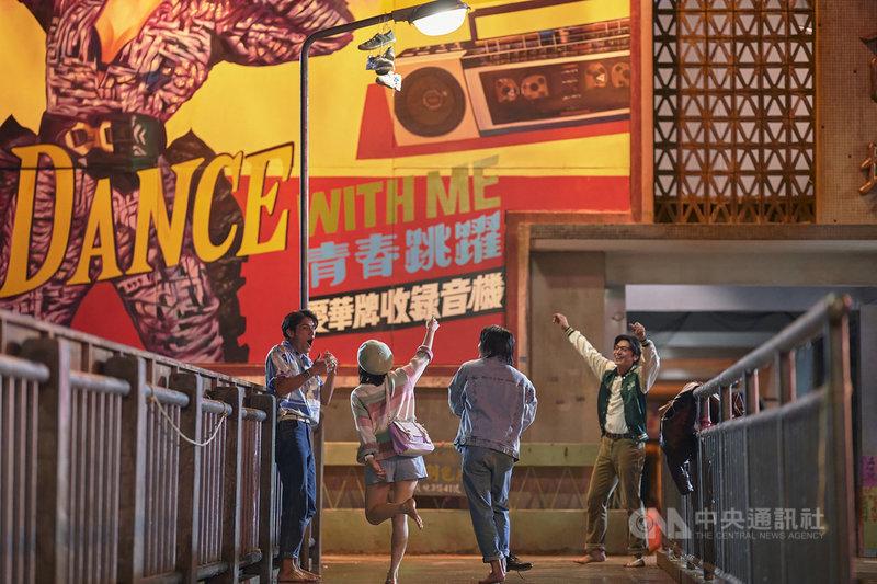 台劇「天橋上的魔術師」耗時1年、以新台幣8000萬預算,搭景還原1992年被拆除的台北中華商場,全劇營造出80年代復古氛圍。(公視、myVideo提供)中央社記者葉冠吟傳真 110年2月11日