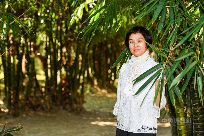 非美術科班出身的畫家黃湘玲,今年推出首本繪本「植物情人」,這也是台灣第1本水彩古典植物畫的書籍。她說,自己曾很厭世、認為生命很無聊,但開始畫畫後有了目標,就覺得生命有光相當珍貴。中央社記者鄭清元攝 110年2月11日