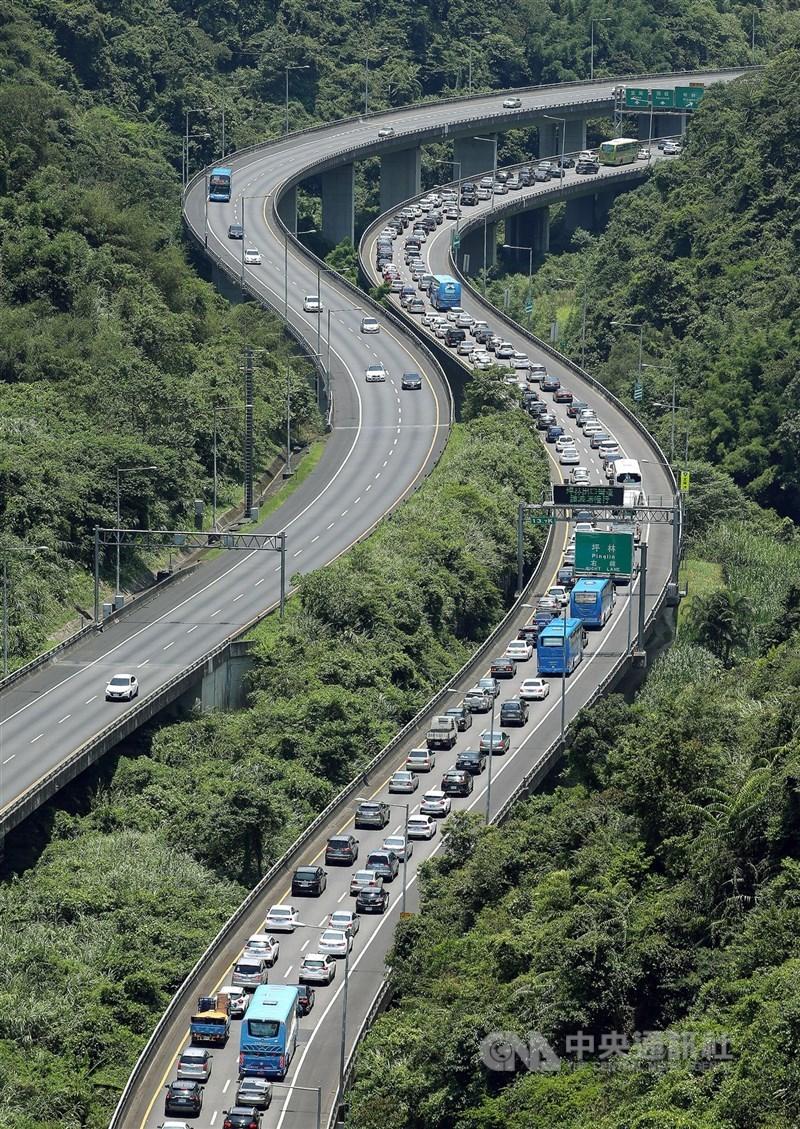 高速公路局預測,11日大年初一國道有17個路段易塞車,仍以國道5號南向塞最久。(中央社檔案照片)