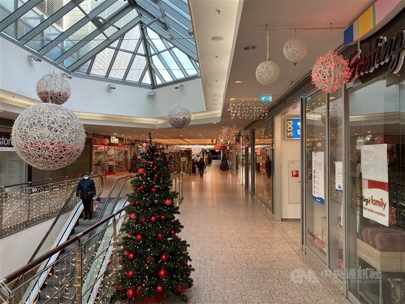德國總理梅克爾和16邦邦長昨天達成協議,將全國防疫封鎖措施延長至3月7日。圖為柏林商店2020年12月中起全面歇業,向來在聖誕節前後人滿為患的購物商場空蕩蕩。(中央社檔案照片)