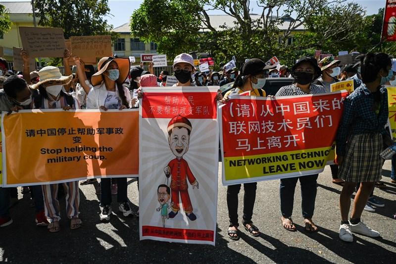 緬甸軍方發動政變後,持續強化對媒體及網路言論的控制,有傳言稱背後有中國協助。專家表示當地反中情緒恐進一步升高,北京對此有所警戒。圖為緬甸民眾11日聚集中國駐緬甸大使館前示威。(法新社)