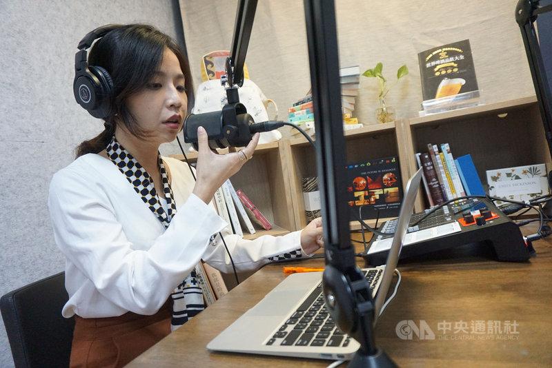 遍路文化執行長吳巧亮與團隊從頭開始摸索有聲書製作,她回憶當時錄音時常錄了10個小時,僅有1小時的成品。中央社記者陳秉弘攝 110年2月12日