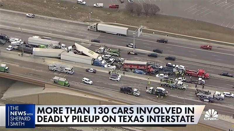 德州高速公路結冰導致133輛汽車連環車禍,已造成6人死亡、數十人送醫。(圖取自CNBC Television YouTube網頁youtube.com)