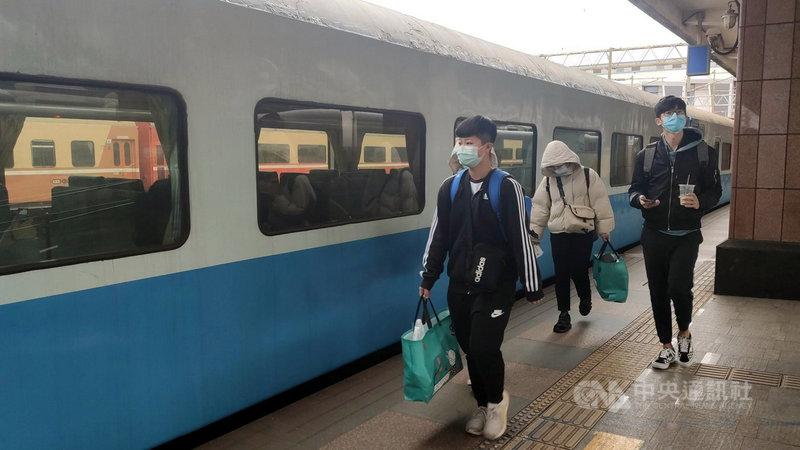 台鐵691班次復興號列車花蓮開往樹林,每星期只有周日開一班次,花蓮開車後直達松山,行車速度比自強號快,但車資便宜,只有少數旅客知道這班次列車。中央社記者盧太城台東攝 110年2月13日