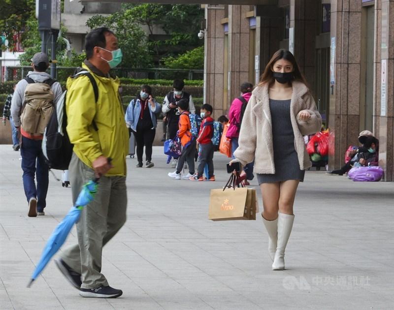 中央氣象局表示,13日受東北季風影響,北台灣天氣較濕涼,中南部則為多雲到晴且日夜溫差較大。(中央社檔案照片)
