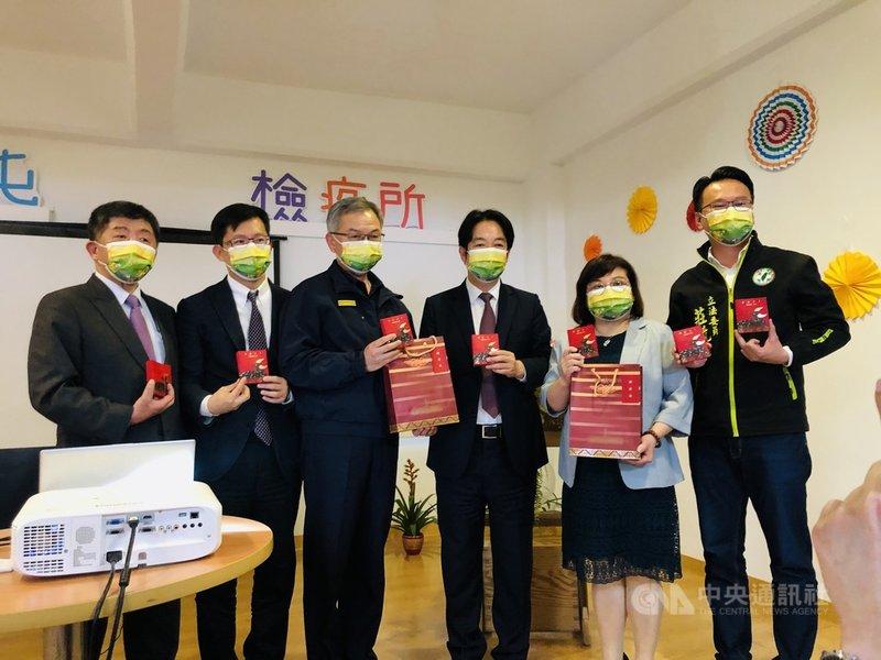 副總統賴清德(右3)14日前往西屯檢疫所,慰勉檢疫所人員,並送上紅包與巧克力。中央社記者趙麗妍攝 110年2月14日