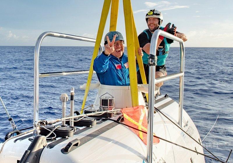 海洋研究學者林穎聰(前)公元2020年受邀搭小型深海潛艇,潛入太平洋馬里亞納海溝最深處「挑戰者深淵」(Challenger Deep)探險,為台灣和亞裔第一人,也是10.9公里最深海底第12名人類訪客。(Mike Moore攝影;林穎聰提供)中央社記者黃旭昇新北傳真 110年2月14日