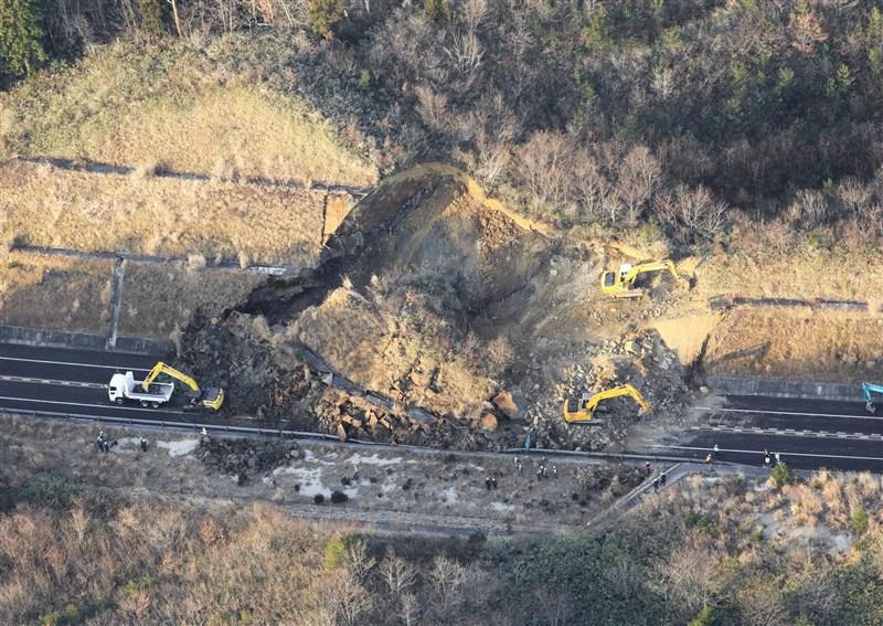 日本東北外海13日發生規模7.3地震,常磐自動車道發生土石崩塌,相關單位隨即展開搶修。(共同社)