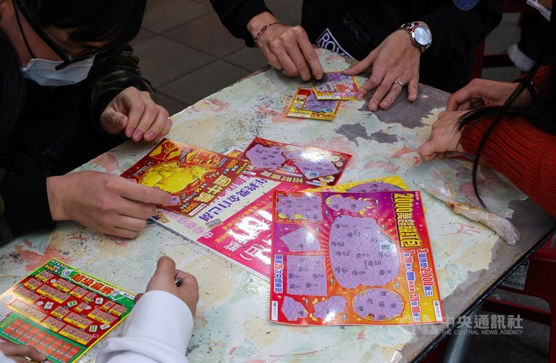 台彩指出,台南有對夫妻先刮中百萬元獎金,隨後又再加碼2張刮刮樂,再刮中10萬元,光是一天就抱回110萬元。(示意圖/中央社檔案照片)