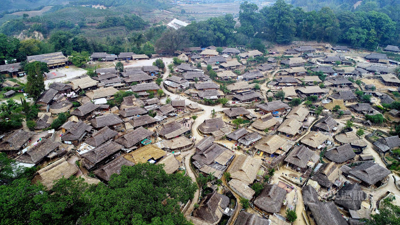 被稱為「中國最後一個原始部落」的雲南佤族翁丁村14日傍晚發生火災,由於村中幾乎都是草房,火勢迅速蔓延,村民說,「基本都燒完了」。圖為翁丁村火災前景象。(中新社提供)中央社 110年2月15日