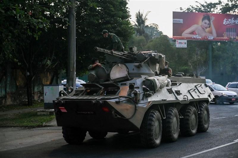 緬甸大城仰光街頭14日傍晚出現裝甲車輛,之後社群媒體上流傳影片,顯示還有其他部隊的部署。(法新社)