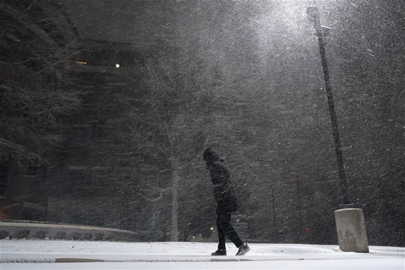 美國德州近半風力發電設施14日因冰風暴而停擺,用電需求在酷寒中飆破新高。(美聯社)