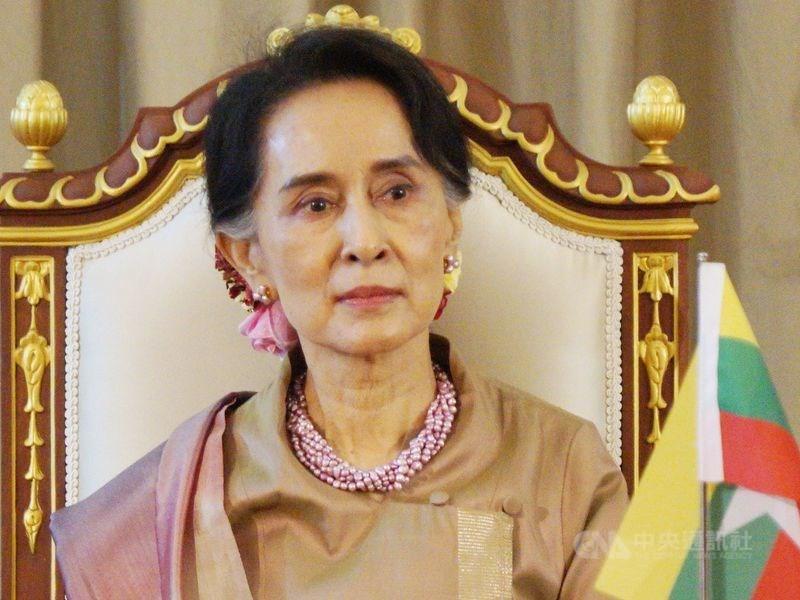 路透社報導,緬甸實質領導人翁山蘇姬(圖)被控非法進口6台無線電對講機,羈押期到15日。她的律師金蒙紹告訴記者,法官認為翁山蘇姬應繼續被羈押到17日法院聆訊。(中央社檔案照片)