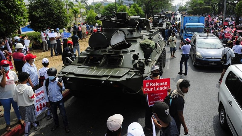 緬甸軍方發起政變,緬甸民眾質疑中國介入政局,甚至協助緬甸軍方建立網路防火牆,網路反中情緒高漲。圖為15日緬甸民眾上街示威。(安納杜魯新聞社)