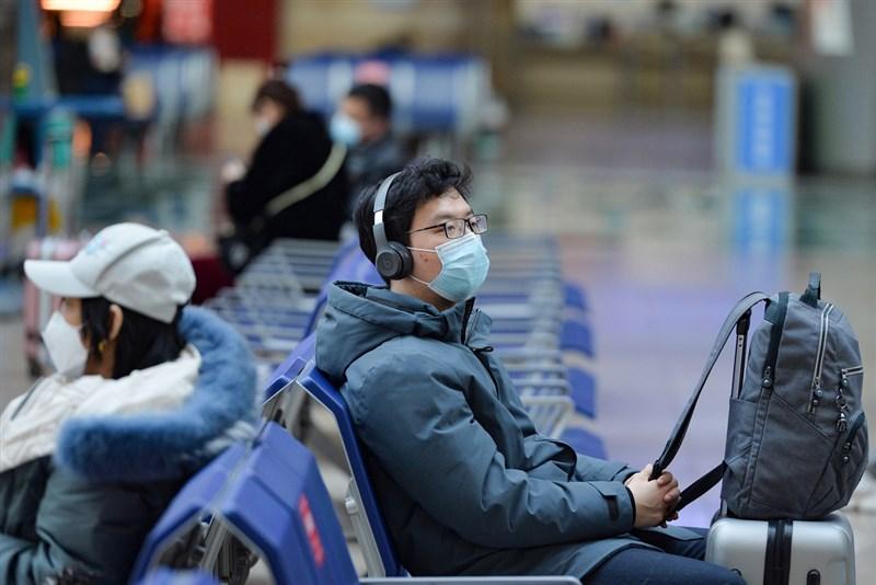 中國2020年底本土武漢肺炎疫情再起,官方祭出年節限流令。圖為11日在北京南站候車民眾。(中新社)