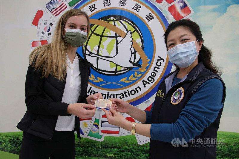 移民署16日表示,莫彩曦(左)申獲台灣就業金卡,實現長住台灣的願望。圖為台北市服務站視察洪湘鳳(右)與莫彩曦合影。(移民署提供)中央社記者劉建邦傳真 110年2月16日