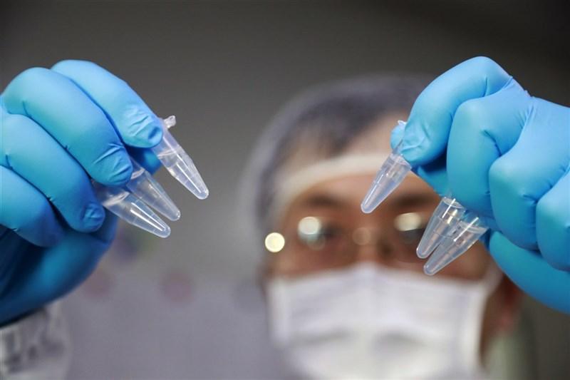 中央流行疫情指揮中心指揮官陳時中表示,目前中國大陸的疫苗無論在安全、有效性等技術性資料都不完整,台灣的法律也規定不可買。圖為上海科研人員展示疫苗研發實驗過程。(中新社)