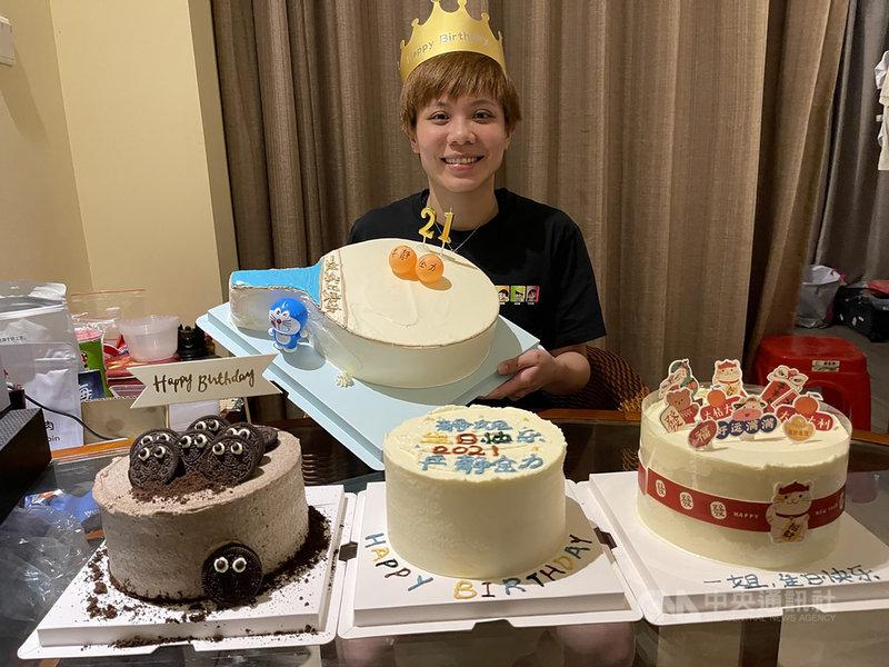 台灣桌球一姐鄭怡靜15日剛過29歲生日,正在中國移地訓練的她雖開心收到不少祝賀蛋糕,但憂心教練將課表升級,她直呼:「我還是吃一塊蛋糕就好。」(鄭怡靜提供)中央社記者黃巧雯傳真  110年2月17日