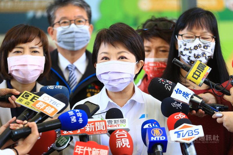 台中市長盧秀燕(前中)17日受訪表示,110年的重要施政目標就是讓捷運綠線通行。中央社記者趙麗妍攝  110年2月17日