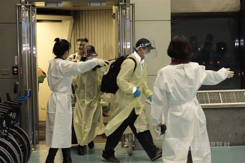 英國又出現新型變種病毒,外界好奇邊境管控是否再加嚴。疫情指揮中心17日表示,將研議延長實施一人一戶居家檢疫來因應。(中央社檔案照片)