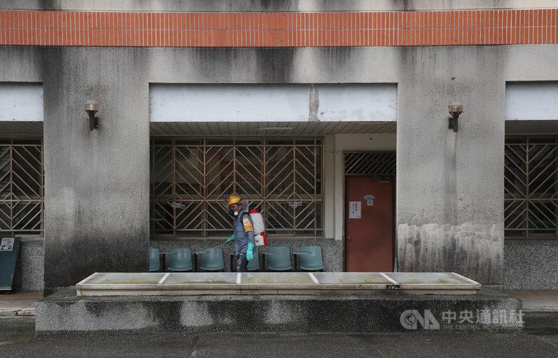 受疫情影響,全台高中職以下學校延至22日開學,大部分校園在正式開學前加強環境消毒,暫不開放民眾進入。台北市環保局17日下午派員到松山家商加強清消,為開學做好準備。中央社記者張新偉攝  110年2月17日