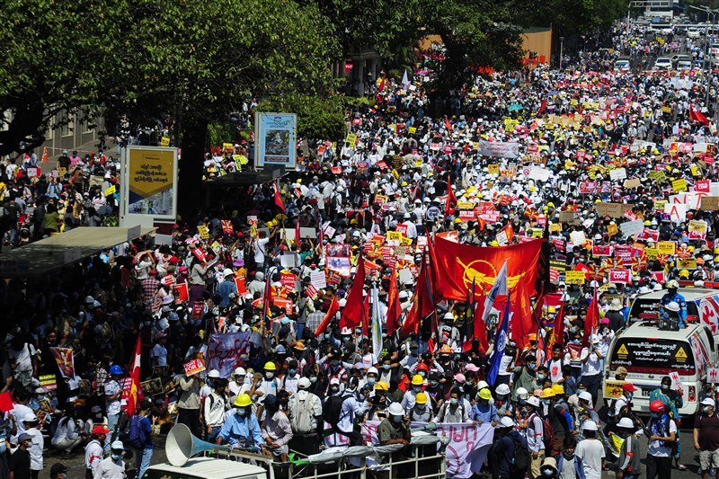 緬甸軍方發動政變後宣稱會舉行選舉並移交政權,但緬甸民眾不買單,17日在仰光出現政變以來最大規模街頭抗議。(安納杜魯新聞社)