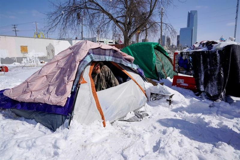 冬季風暴在美國肆虐,數百萬人在破紀錄低溫中無電可用,累積16死。圖為奧克拉荷馬州民眾在低溫中艱困抗寒。(路透社)