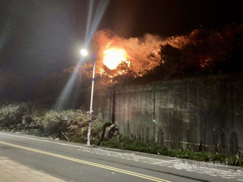 基隆市外木山17日晚間10時許發生山林火警,火勢受到風力助長一度擴散,所幸火勢在晚間11時4分撲滅,沒有人員受傷。(讀者提供)中央社記者王朝鈺傳真 110年2月18日