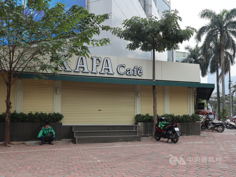 越南1月下旬爆發新一波2019冠狀病毒疾病(COVID-19,武漢肺炎)本土疫情,為了防止疫情擴散,河內街頭的咖啡店、小吃攤都得暫停營業。中央社記者陳家倫河內攝  110年2月18日