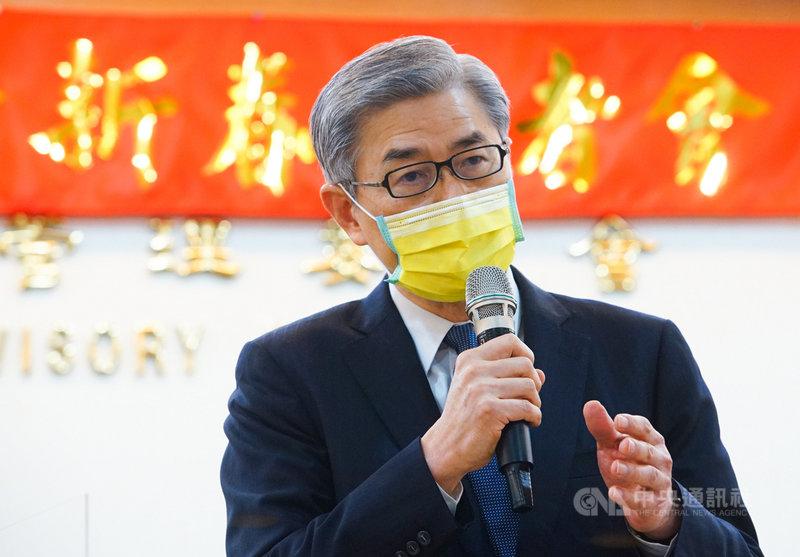 金管會18日舉行新春記者會,主委黃天牧特別戴上亮麗的黃色口罩,除了防疫之外也代表對新年度金融市場的樂觀。中央社記者王騰毅攝  110年2月18日