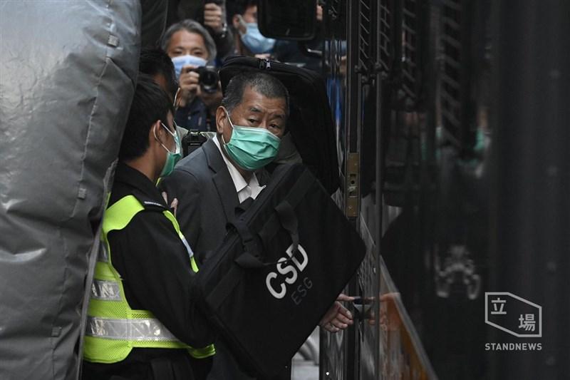 據報導,香港壹傳媒集團創辦人黎智英(前中)因違反「港區國安法」,16日在已被羈押的情況下再度被港警拘捕。(圖取自立場新聞)