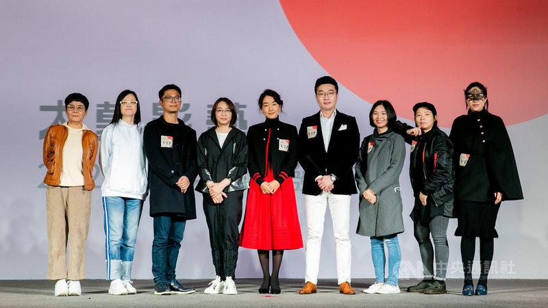 成立於2013年的「大慕影藝」一路從投資轉型製作,在台灣影視圈具相當聲量,18日舉辦2021年度內容發布會,由執行長林昱伶(左4)公布今年新計畫。(大慕影藝提供)中央社記者葉冠吟傳真  110年2月18日