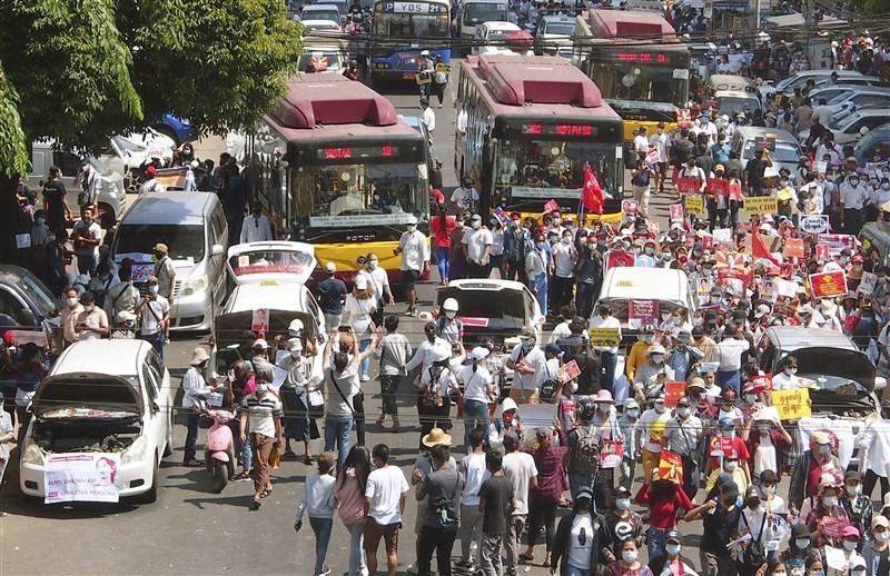 駭客18日攻擊緬甸政府網站,抗議軍事政變。緬甸軍政府則加強透過封鎖網路和部署軍隊,試圖阻止全國各地反對活動。圖為仰光民眾17日上街抗議。(共同社)
