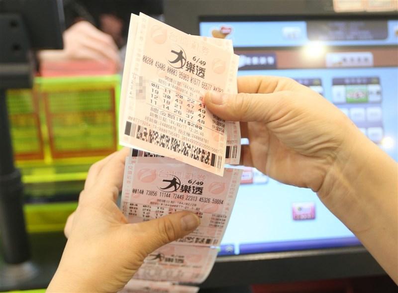 大樂透19日頭獎新台幣1億元由2注均分,春節大紅包則開出29組。(中央社檔案照片)