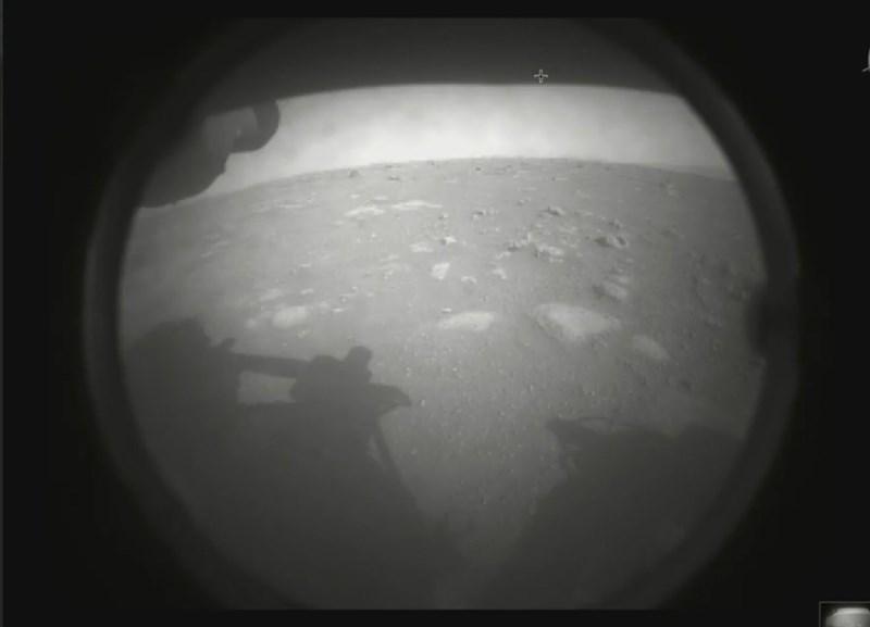 美國國家航空暨太空總署火星探測車「毅力號」在發射升空7個月後,18日成功以自動駕駛登陸火星。圖為從毅力號看火星表面。(圖取自twitter.com/NASAPersevere)
