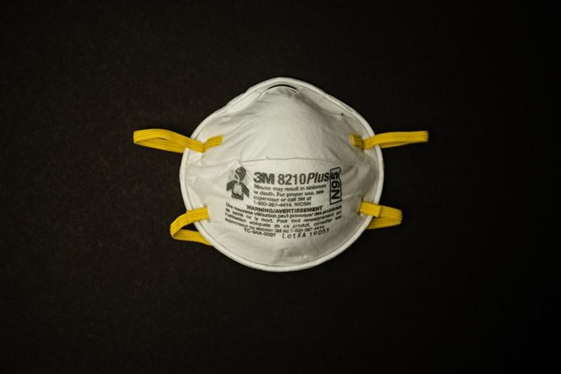 美國官員18日表示,聯邦官員近幾週查扣約1000萬片仿冒N95口罩,產品上有3M公司商標。(示意圖/圖取自Unsplash圖庫)