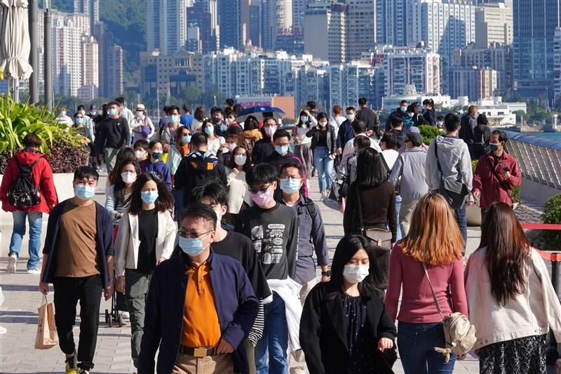 香港政府推動接觸者追蹤App,引發隱私疑慮,使廉價拋棄式手機需求大幅攀升。圖為香港尖沙嘴星光大道人潮。(中新社)