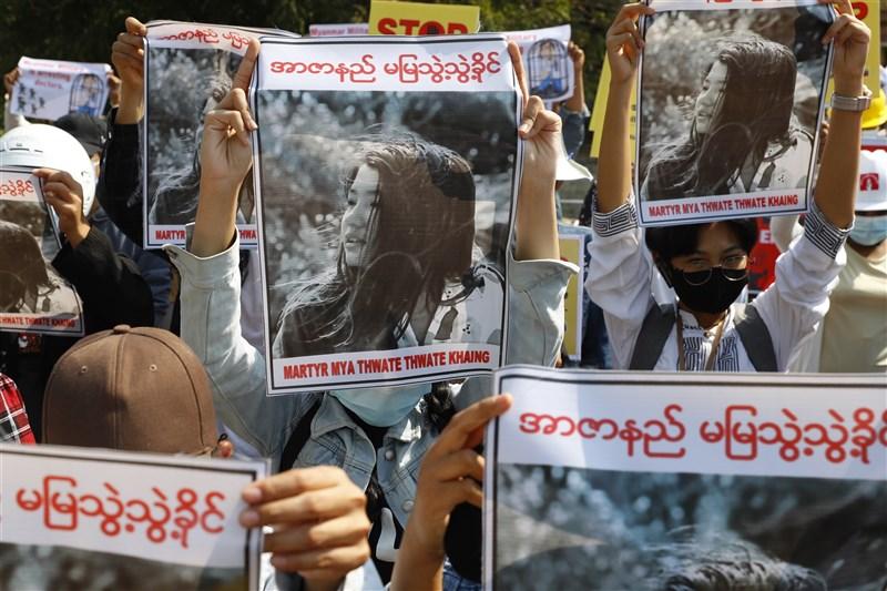 緬甸首都奈比多一名剛滿20歲的女性苗兌兌凱在反政變抗議活動期間頭部中彈,19日死亡。圖為14日示威民眾持苗兌兌凱照片聲援。(美聯社)