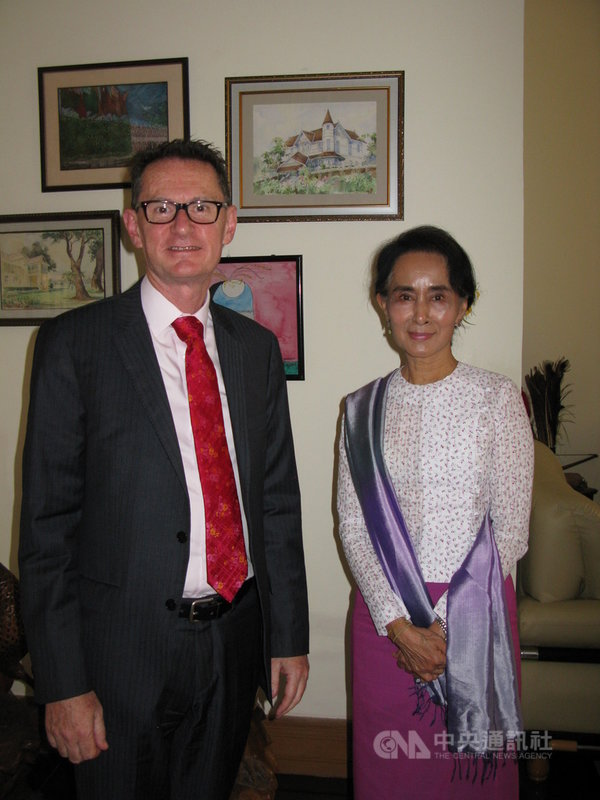 考柏(Nicholas Coppel)(左)2015至2019年擔任澳洲駐緬甸大使,他2015年到任後,隨即拜會緬甸民選政府實質領導人翁山蘇姬(右)。(考柏提供)中央社記者陳韻聿傳真 110年2月19日