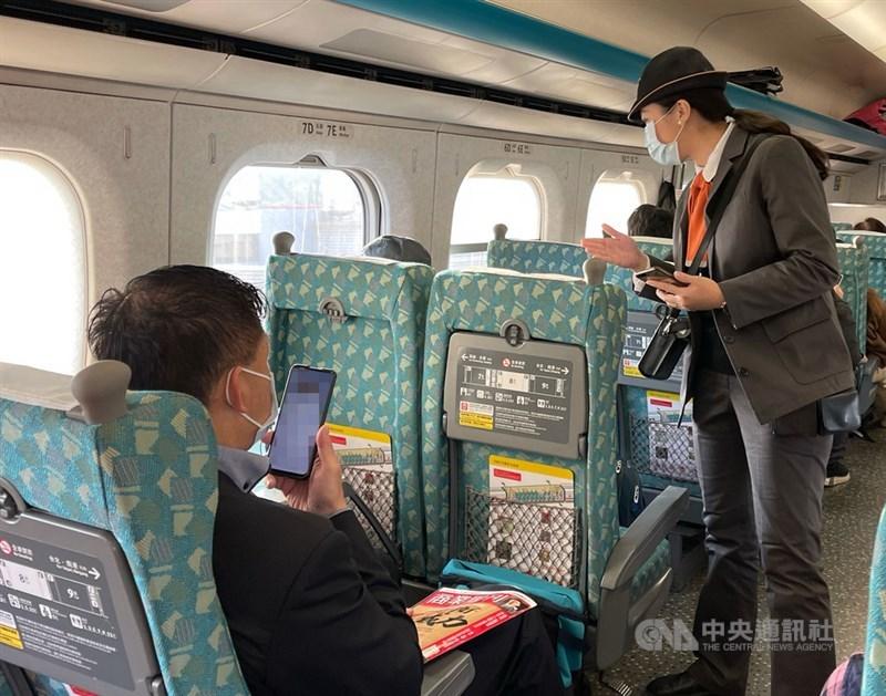 疫情指揮中心指揮官陳時中19日表示,高鐵等交通工具下週將公布是否開放飲食及自由座。(中央社檔案照片)
