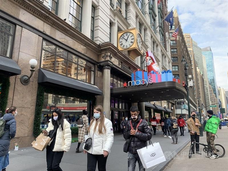 摩根大通經濟學家指出,美國經濟復甦速度加快,可望超越中國的V型反彈。圖為紐約梅西百貨旗艦店2020年11月的景象。(中央社檔案照片)
