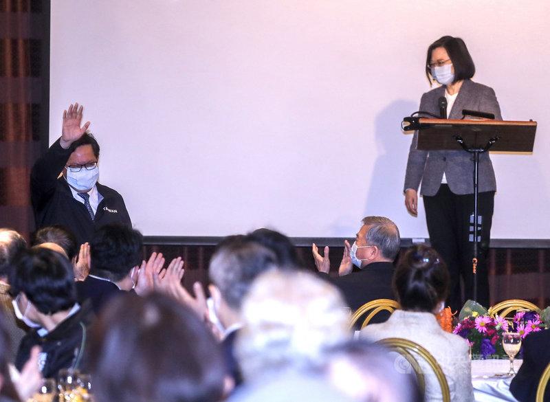 台灣之友會20日在台北舉行2021春節聯歡晚宴,總統蔡英文(右)應邀出席,致詞時肯定桃園市長鄭文燦(後左)在衛福部桃園醫院群聚案中處理穩健。中央社記者裴禛攝  110年2月20日