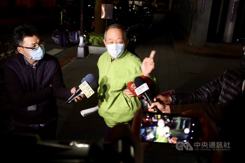軍情局退役上校張超然(中)涉為中國發展組織、收集情報,20日被台北地檢署起訴。在押的張超然晚間獲法官諭知以新台幣30萬元交保,他離開法院後表示,很委屈,但現在不方便說。中央社記者蕭博文攝 110年2月20日